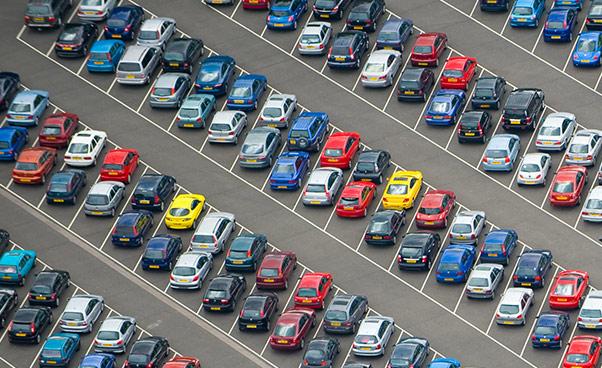 Afb van een parkeerplaats met autos